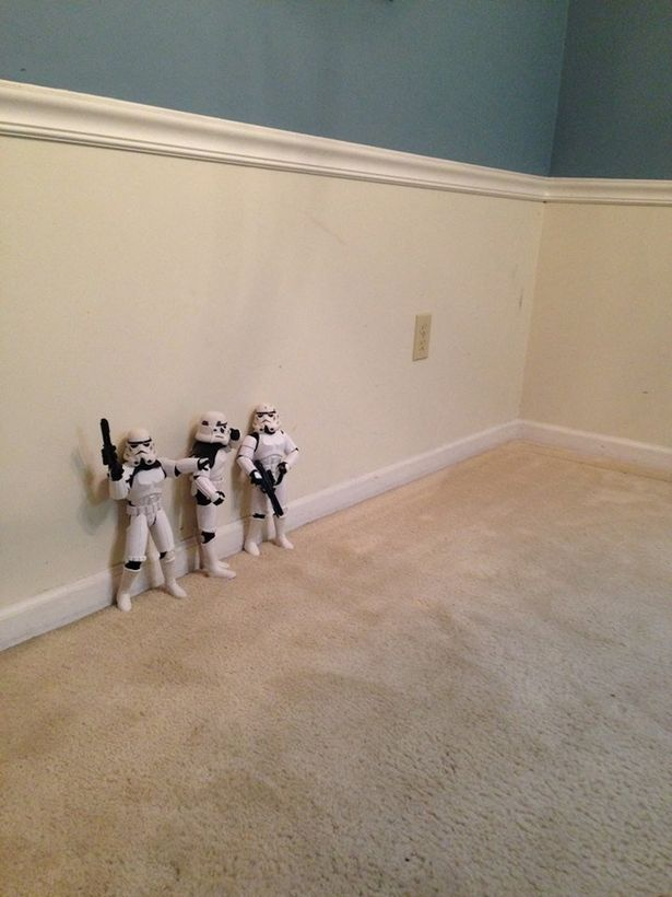 Funny Photos of Star Wars Stormtroopers Putting Up A Christmas Tree for Darth Vader 1