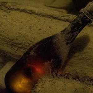 Deep Sea Divers Uncork 220-Year-Old Champagne [pic]