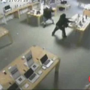 Watch Thieves Clean Out An Apple Store In Only 31 Seconds