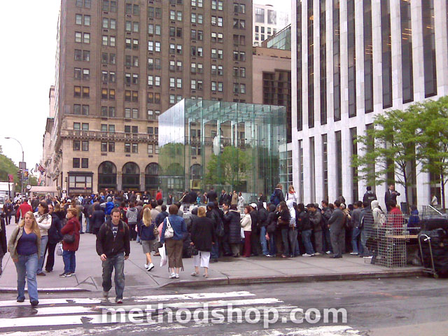 Iphone 3G Line At Apple Store - Large Iphone Line At The New York 5Th Avenue Apple Store