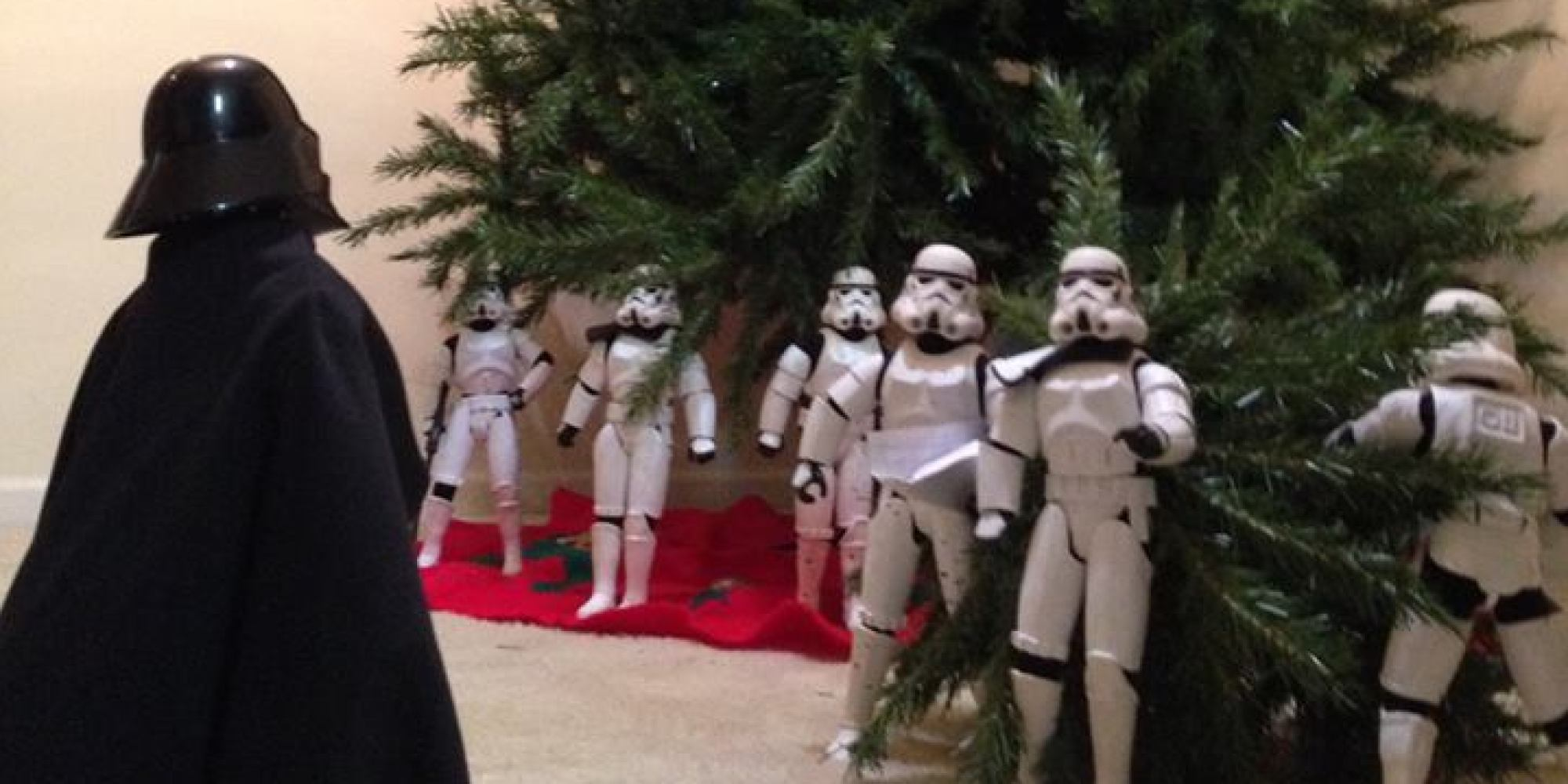 Funny Photos of Star Wars Stormtroopers Putting Up A Christmas ...